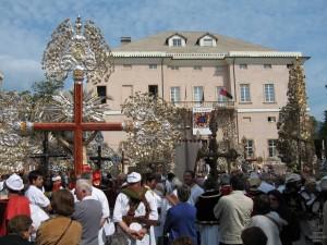Piazza Comunale con Crocifissi A
