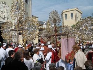 Piazza Parrocchia con Crocifissi
